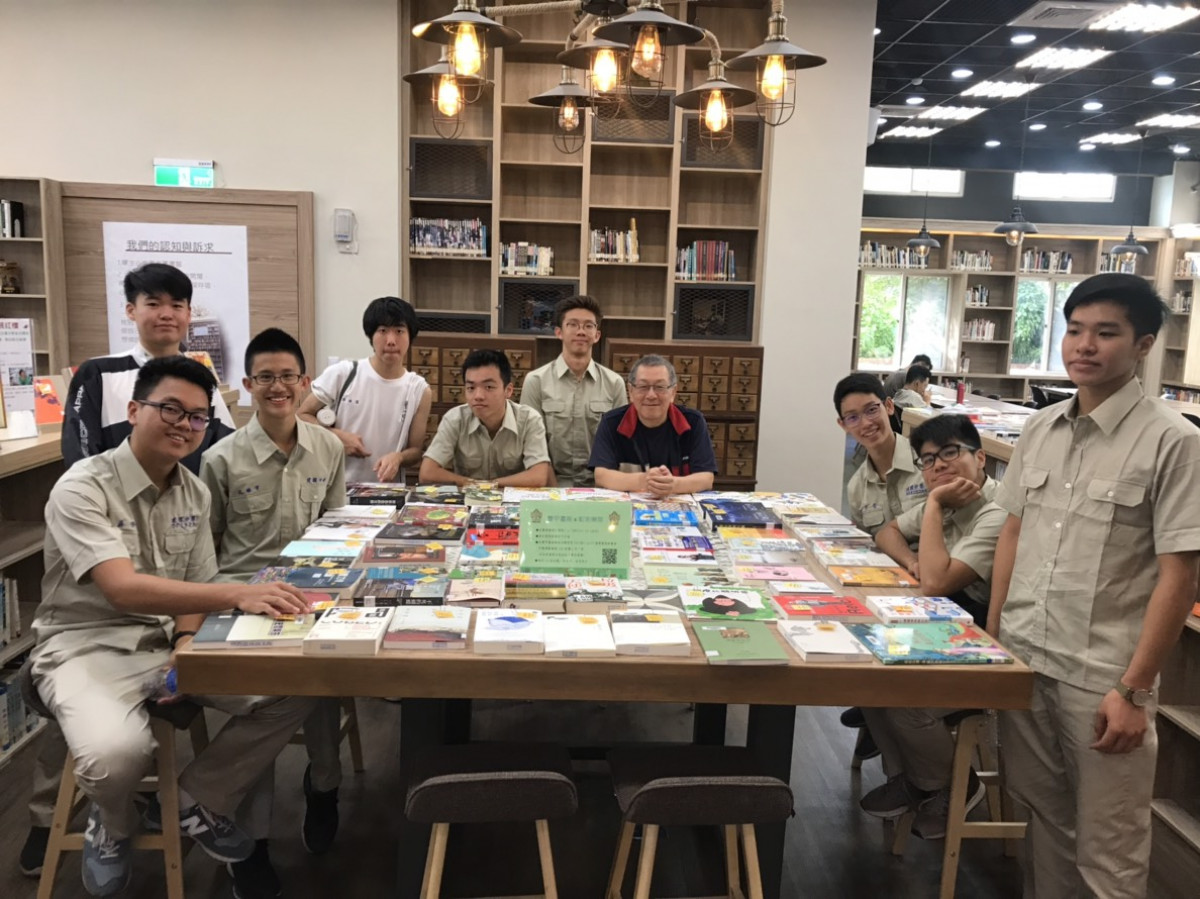 新加坡交換學生 exchange students from Singapore in ck library, Dec 4th